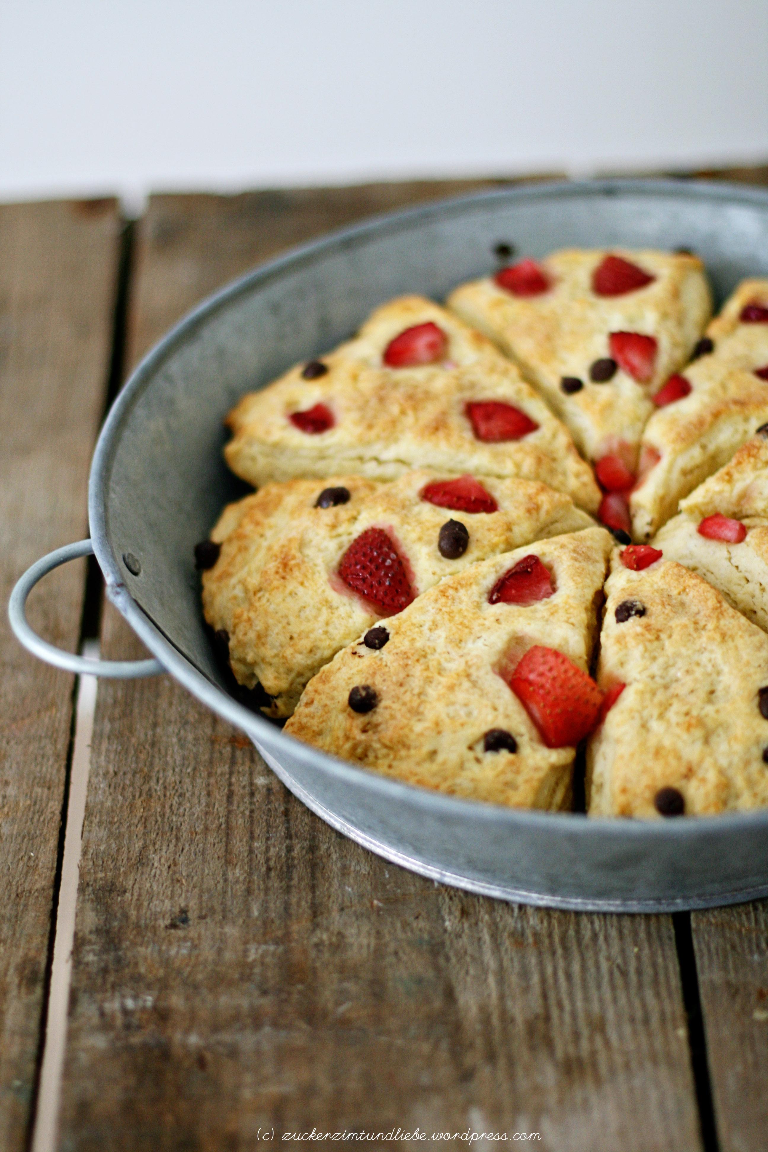 Kokos-Scones mit Erdbeeren und Schokoladenstücken   Zucker, Zimt und ...