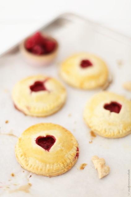 Hand pies kleine Pies mit Himbeer Mascarpone Backrezept Valentinstag