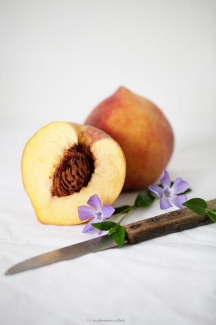 Backrezept Pfirsichkuchen Gugelhupf Zuckerzimtundliebe aufgeschnittene Pfirsich