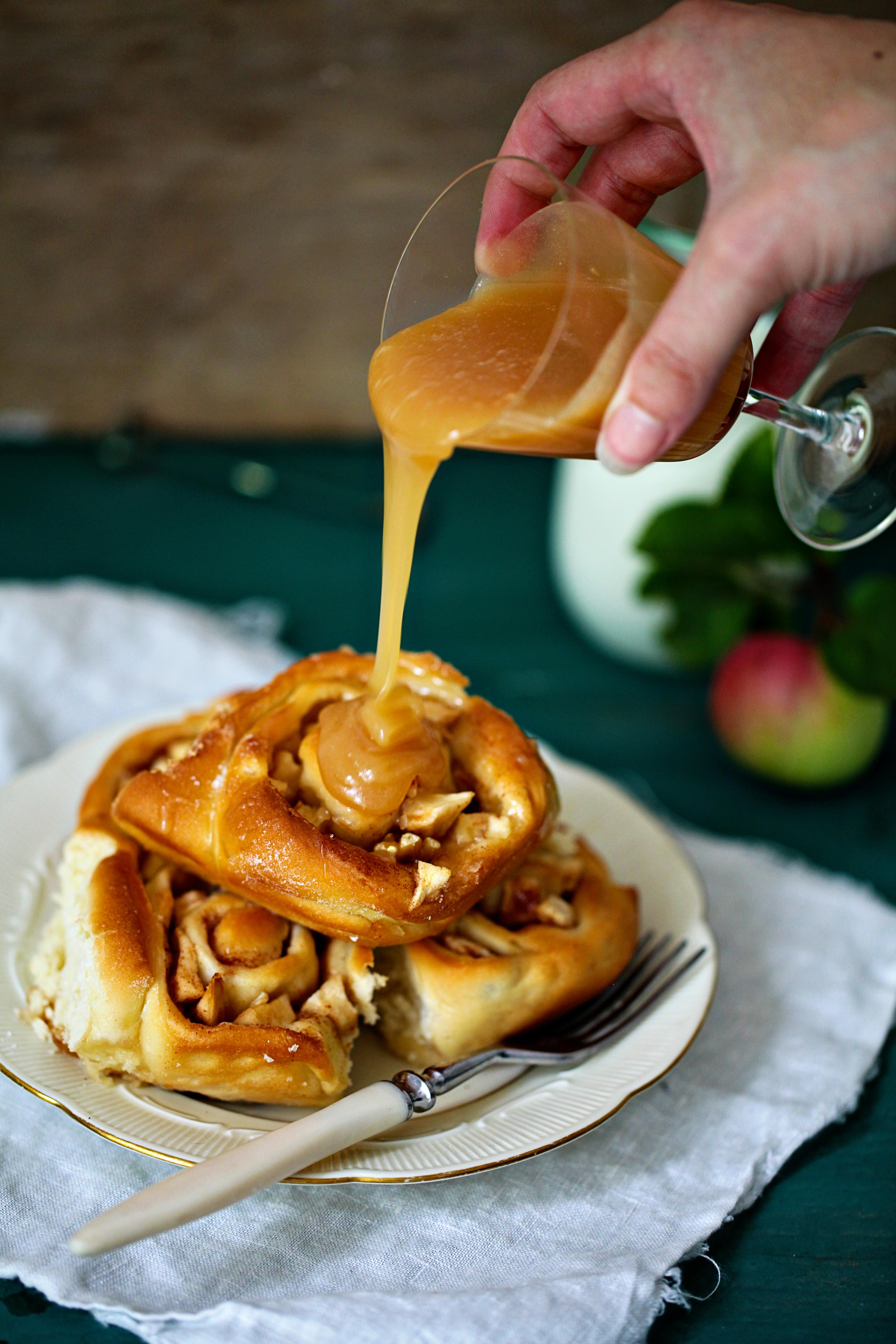 Apfel Zimtschnecken Mit Walnussen Und Fleur De Sel Karamell Zucker