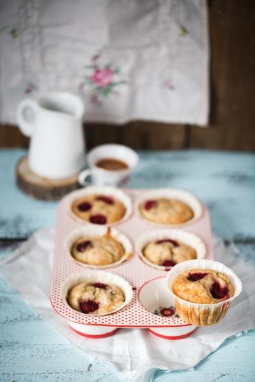 Einfaches Rezept Honig Bananen Muffin mit Himbeeren und Honigglasur Zuckerzimtundliebe Foodblog Muffinform Porzellan1