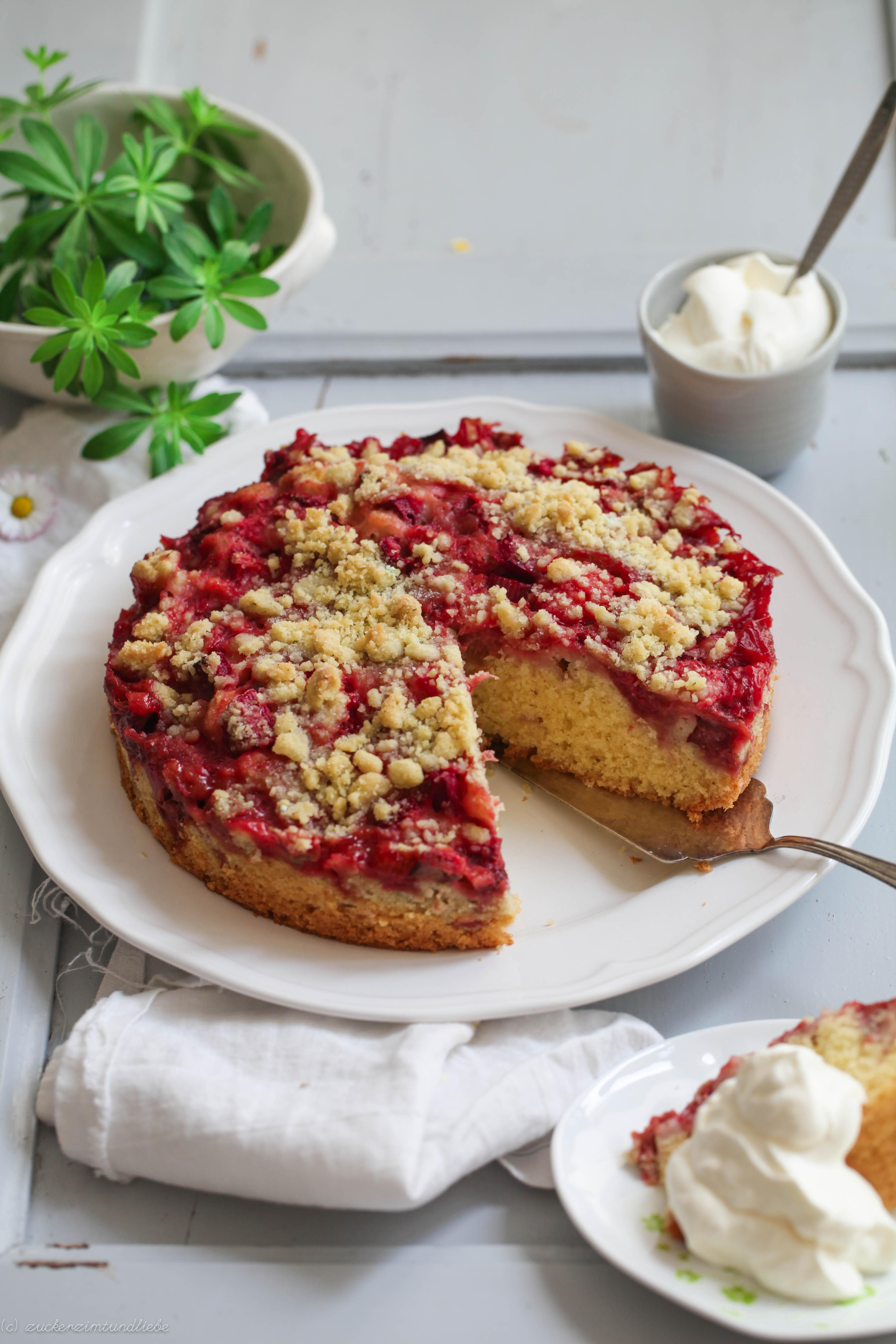 Erdbeere Rhabarber Streuselkuchen Mit Waldmeisterstreuseln Zucker