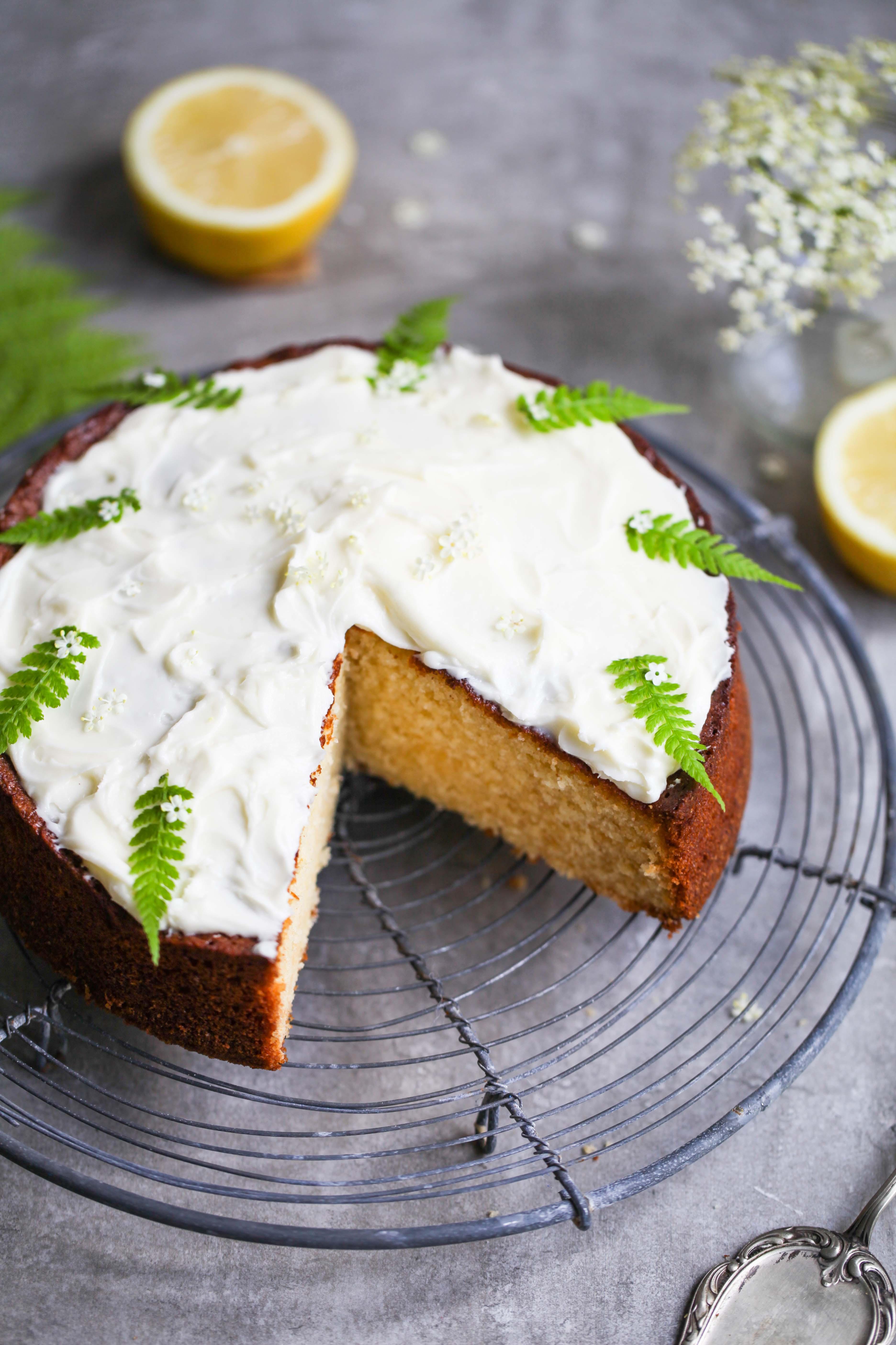 Rezept für Holunderkuchen Holunderblütensirup Backrezept Sommerkuchen Zitronenkuchen zuckerzimtundliebe einfach